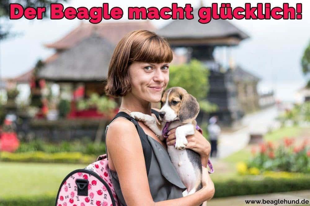 Eine Frau umarmt ihren Beagle im Park