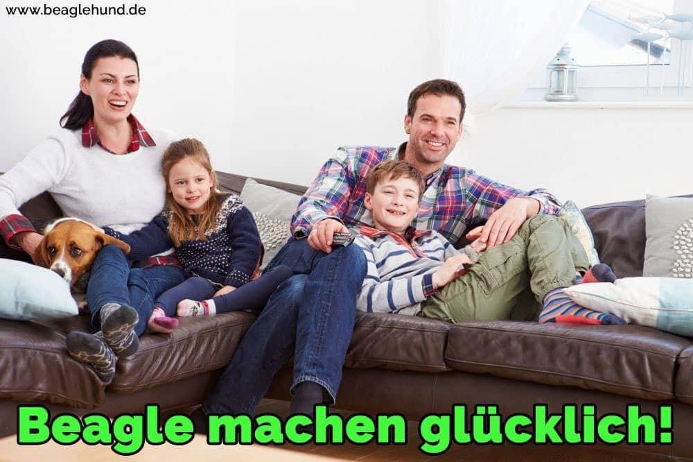 Eine Familie auf dem Sofa mit seinem Beagle sitzen